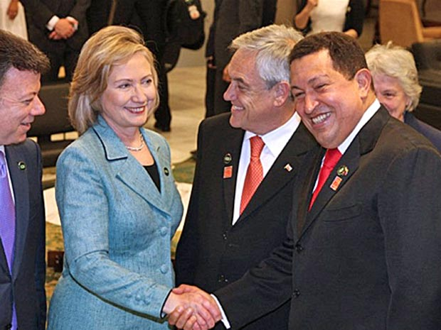 A secretária de Estados dos Estados Unidos, Hillary Clinton, e o presidente da Venezuela, Hugo Chávez, se cumprimentam durante a posse de Dilma