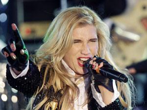A cantora americana Kesha se apresenta durante cerimônia de Ano Novo (Foto: AP)