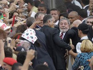 Lula quebra o protocolo e vai ao encontro do público