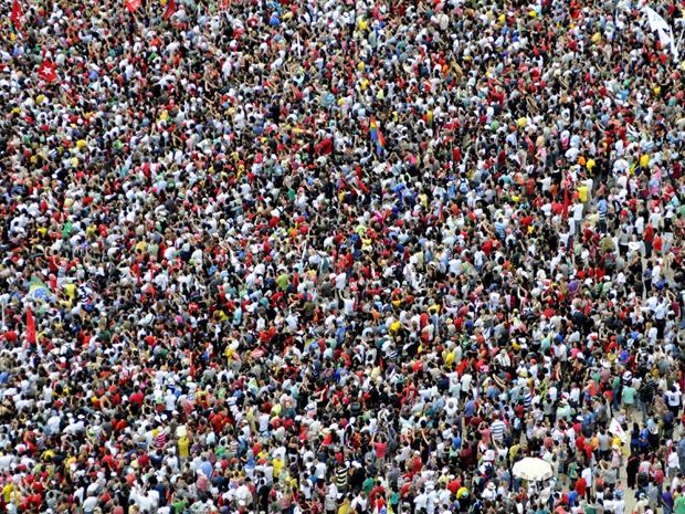 Multidão se reúne para assistir à posse de Dilma
