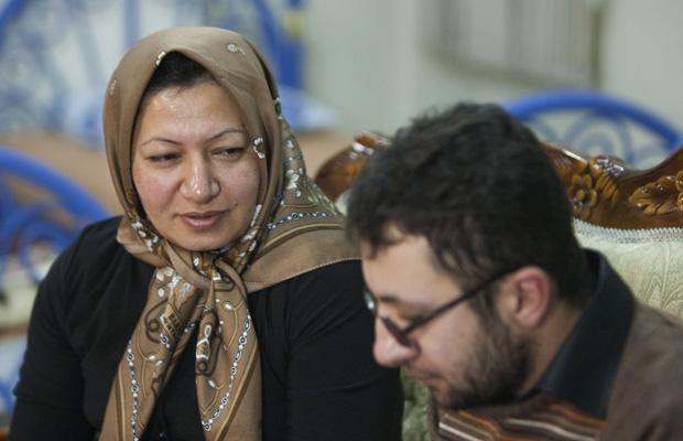 Sakineh Mohammadi-Ashtiani e seu filho durante entrevista em Tabriz neste sábado (1º). (Foto: AP)