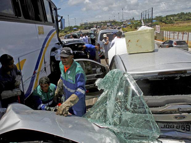 Ônibus descontrolado bateu em 11 automóveis na BA-099
