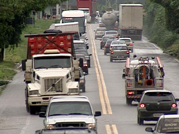 Na volta para BH após feriado de fim de ano, motoristas enfrentam trânsito intenso na BR-381  (Foto: Reprodução TV Globo)