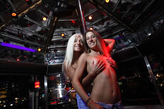 Peggy Justus (esq) divide o mesmo palco de um clube de striptease com sua filha Tiffany Schrader.
