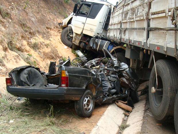 Carro fica destruido e cinco pessoas morrem em acidente na BR-251, no norte de Minas