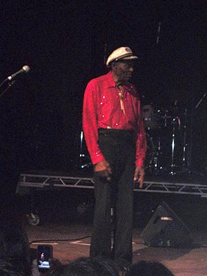 Chuck Berry voltou ao palco 15 minutos depois do desmaio, mas não conseguiu continuar a apresentação