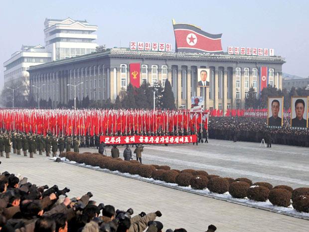 Cidadãos norte-coreanos participam de marcha de início de ano na praça Kim Il Sung, na capital norte-coreana, Pyongyang, nesta segunda (3)