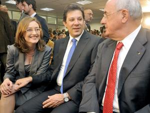 A nova ministra da Secretaria de Direitos Humanos, Maria do Rosário, conversa com os ministros da Educação, Fernando Haddad, e da Defesa, Nelson Jobim, durante cerimônia de transmissão de cargo