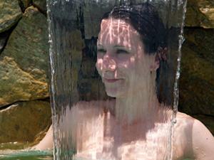 Naturista Viviane se refresca na piscina
