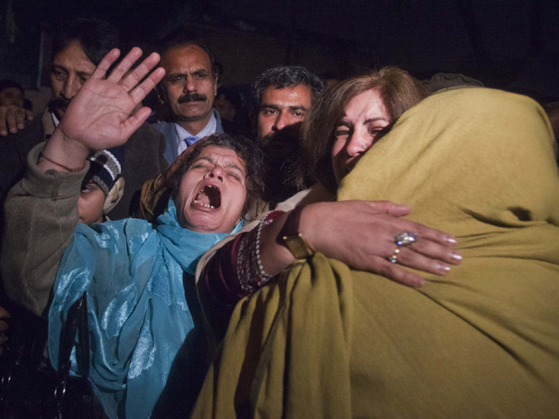 Partidários do governador Salman Taseer protestam em frente ao hospital em Islamabad, nesta terça-feira (4).