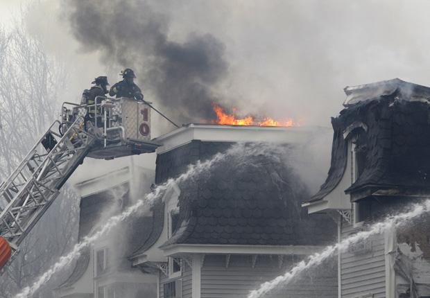 Bombeiros combatem incêndio em condomínio em construção nesta terça-feira (4), em Rahway, no estado americano de Nova Jersey. O fogo começou de madrugada. A Rota 27 foi interditada. Ninguém se feriu.
