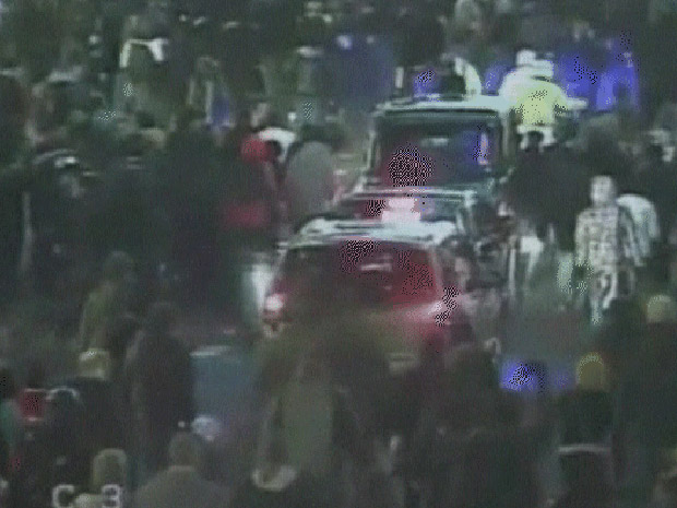 Imagem de câmera de segurança mostra o ataque ao carro de Charles.