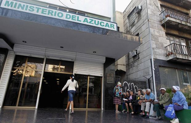 Funcionários em frente ao Ministério do Açúcar, em Havana, nesta terça-feira (4).