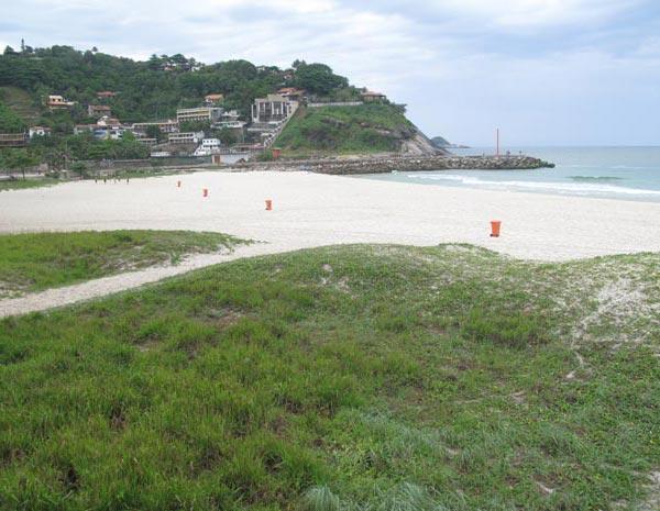 Na Barra da Tijuca, o tempo estava nublado e a praia vazia