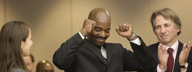 Cornelius Dupree Jr. celebra nesta terça-feira (4) a decisão do tribunal em Dallas, no Texas.