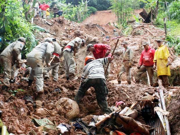 Desabamento mata 3 em Petrópolis
