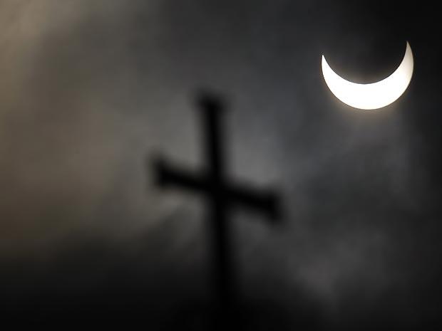 Fenômeno é observado sob cruz de catedral na Bulgária.