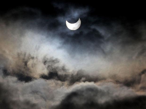 Visão do eclipse parcial é vista da Cidade de Gaza, nesta terça-feira (4)