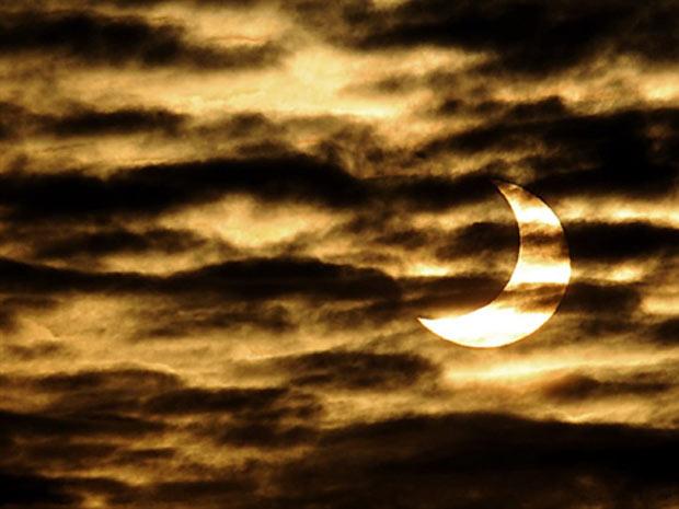Imagem do fenômeno é registrada em Locon, norte da França, onde mais da metade e até dois terços do disco solar ficaram ocultos pela lua por volta das 8h GMT (6h de Brasília).