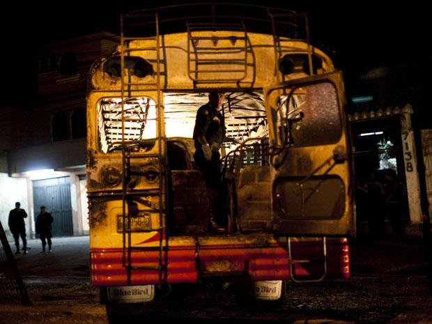 Agente da unidade anti-bombas procura sinais do que ocasionou a explosão no interior do ônibus.