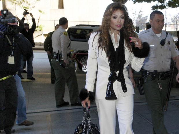 Latoya Jackson, irmã de Michael, participa de audiência preliminar sobre a morte do cantor
