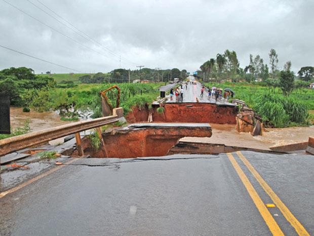 Ponte desaba em Goiás