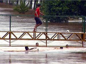 Crianças brincam durante enchente em Santa Bárbara D'Oeste