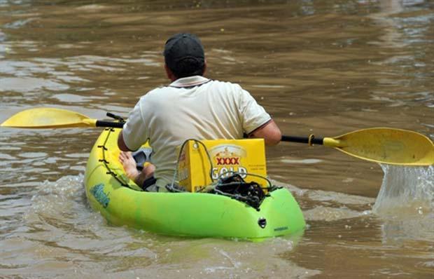 Um morador de Rockhampton, uma das cidades mais afetadas pelas inundações na Austrália, foi flagrado nesta quarta-feira (5) usando um caiaque para ir buscar cerveja.
