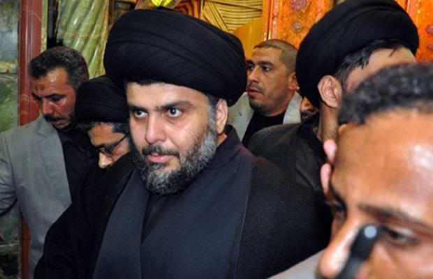 O clérigo radical xiita Moqtada al-Sadr, cercado de guarda-costas, chega a sua fortaleza na cidade iraquiana de Najaf nesta quarta-feira (5).