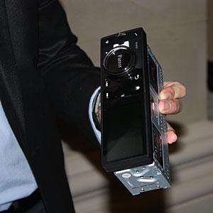 Rádio com tela de cristal líquido roda sistema Android, do Google.