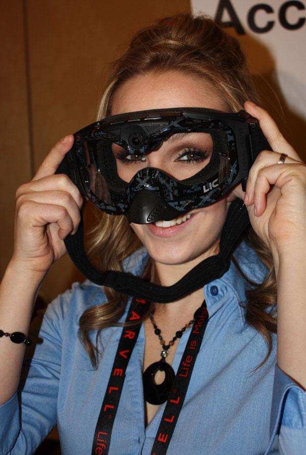 Modelo mostra câmera filmadora digital instalada sobre óculos de proteção para praticantes de motocross. Apresentada na CES 2011, em Las Vegas, a filmadora da Liquid Image é capaz de gravar imagens em alta definição, com resolução de 720p. Há modelos em f