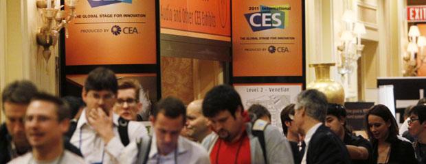 Jornalistas se prepraram para entrar no pavilhão da CES 2011, em Las Vegas.
