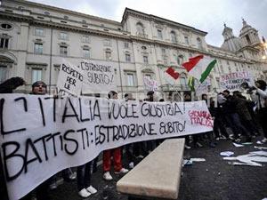 Manifestação em Roma em 4 de janeiro contra a decisão do governo brasileiro de negar a extradição do ex-ativista Cesare Battisti