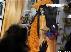Mexicana cultua a Santa da Morte, criticada pela Igreja Católica