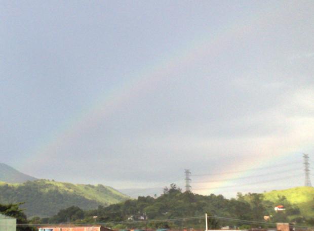 Arco-íris duplo no em Santíssimo, no Rio de Janeiro, no final da tarde desta quinta-feira (6)