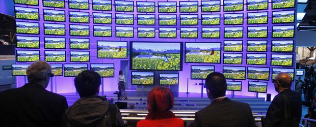Visitantes conferem uma demonstração de televisores com tecnologia 3D.