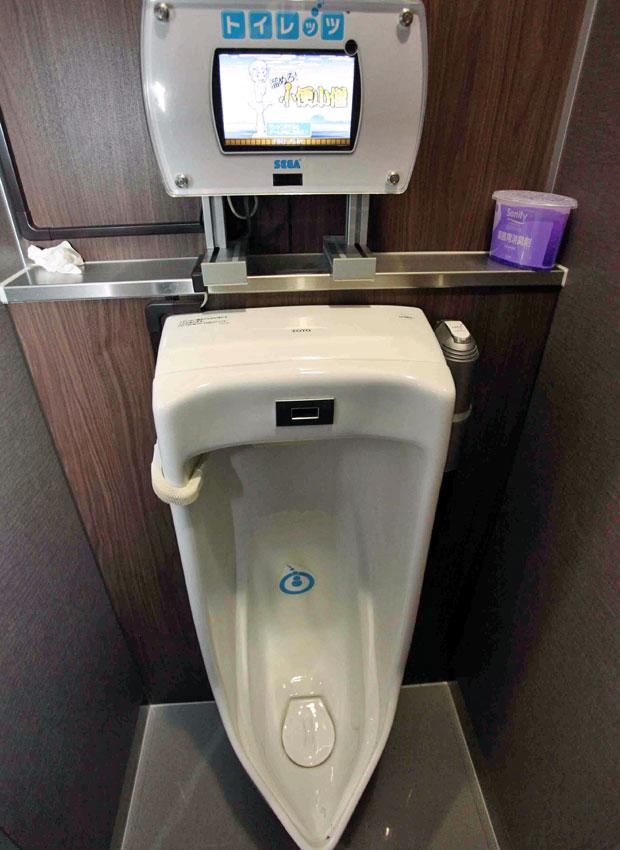 """A produtora de jogos Sega transformou um hábito básico do dia a dia em videogame. Um mictório localizado em Tóquio, no Japão, recompensa os homens que urinam no local com pontos. O """"Toylet"""", como é chamado, tem um sensor de pressão na sua base que mede a força, a localização e a precisão que a urina atinge o vaso."""