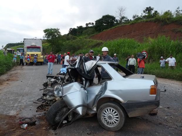 Acidente entre dois carros e uma carreta na BR-262
