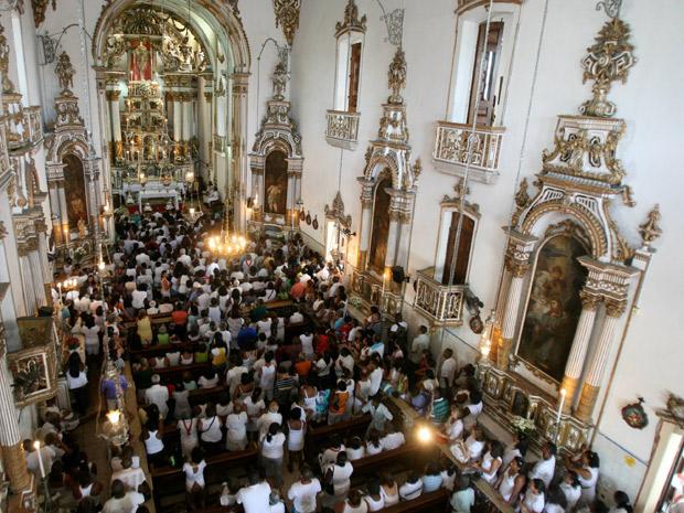 Fiéis se reúnem para missa em homenagem ao Senhor do Bonfim, em Salvador