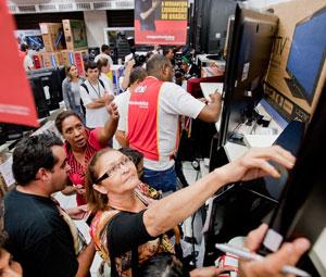 Consumidores pesquisaram preços. (Foto: Daigo Oliva/G1)