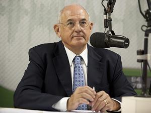 O ministro da Defesa, Nelson Jobim, dá entrevista ao programa Bom Dia Ministro