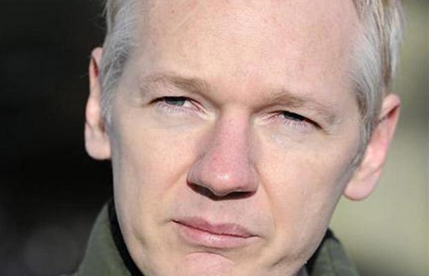 O fundador do WikiLeaks, Julian Assange, dá entrevista nesta sexta-feira (17) em Suffolk, em frente à casa em que está hospedado.
