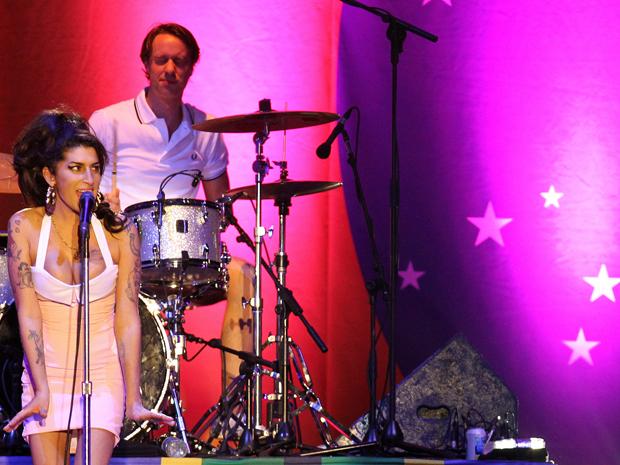 Amy Winehouse se apresenta e Florianópolis: bandeira do Brasil ficou exibida em telão ao fundo durante todo o show