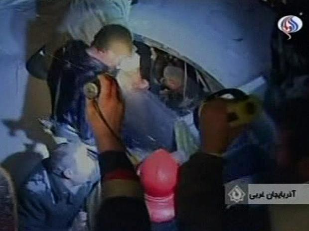 Foto feita da TV mostra trabalhadores do resgate atendendo o local em que o avião caiu.