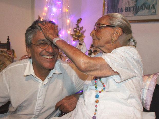 Caetano Veloso recebe carinho da mãe, dona Canô, durante desta do Terno de Reis