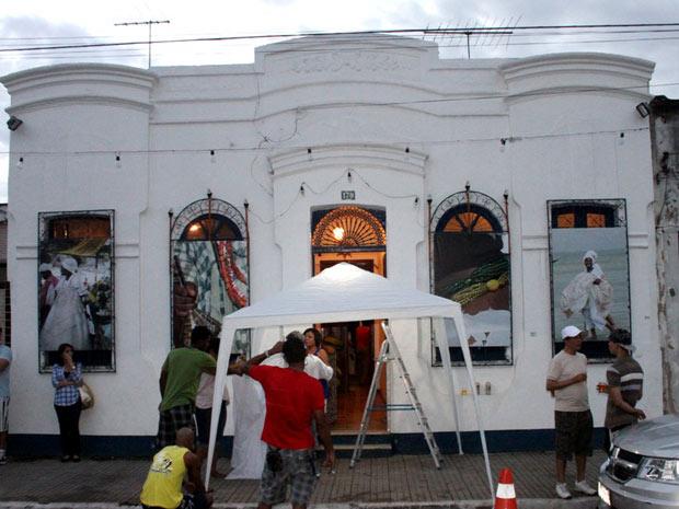 Fachada da casa de dona Canô é decorada com fotos do Bembé do Mercado