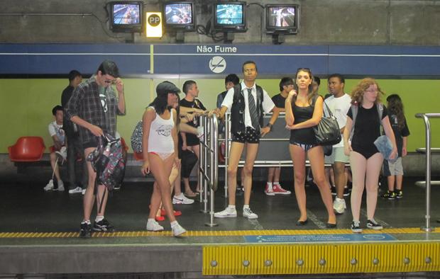 'No Pants' levou dezenas pessoas para intervenção urbana no Metrô de São Paulo neste domingo (9)