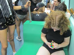 Juliana Gomes, conhecida como Jujuba, levou um cubo mágico para resolver enquanto andava de metrô sem calças.