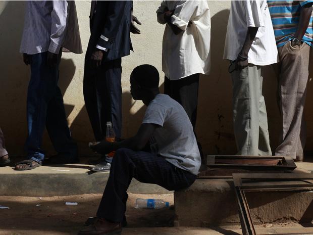 Eleitores na fila de votação em Juba nesta segunda-feira (10).