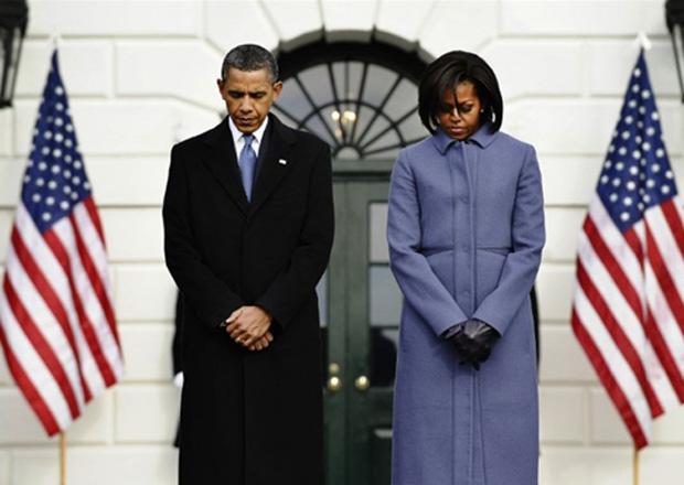 O presidente dos EUA, Barack Obama, e a primeira-dama, Michelle, lideram nesta segunda-feira (10) um minuto de silêncio